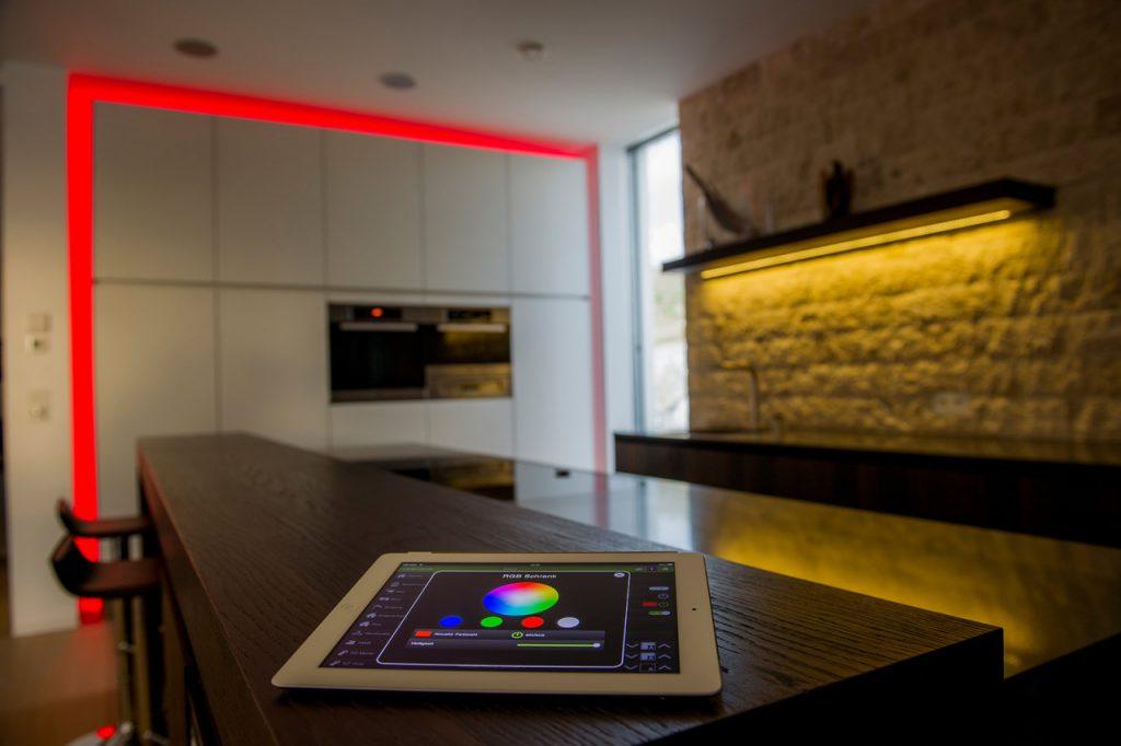 Červená světelná scéna ovládaná přes tablet