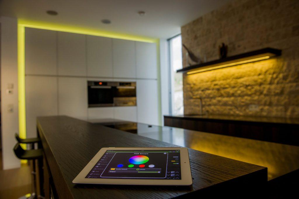Chytré osvětlení ovládané přes tablet