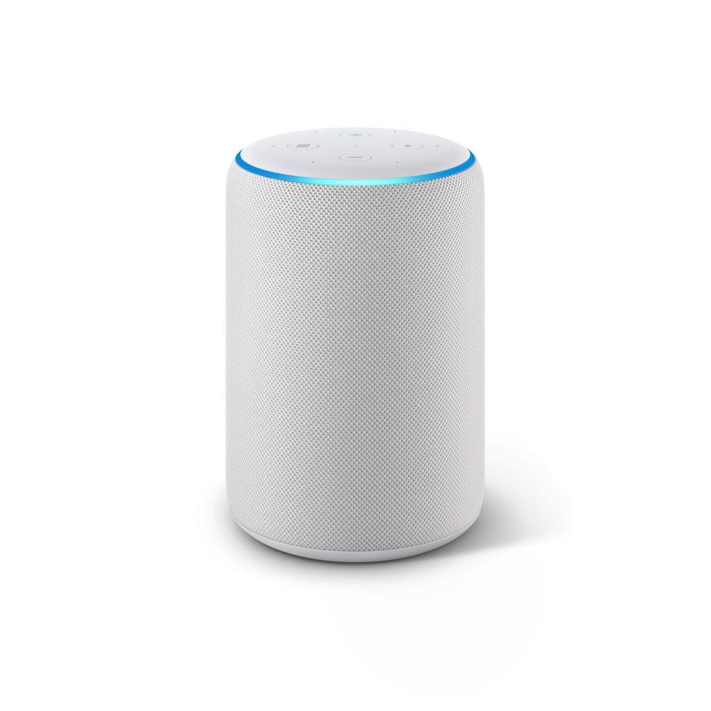 Hlasový asistent Amazon Echo, který slyší na jméno Alexa, ve světlém provedení