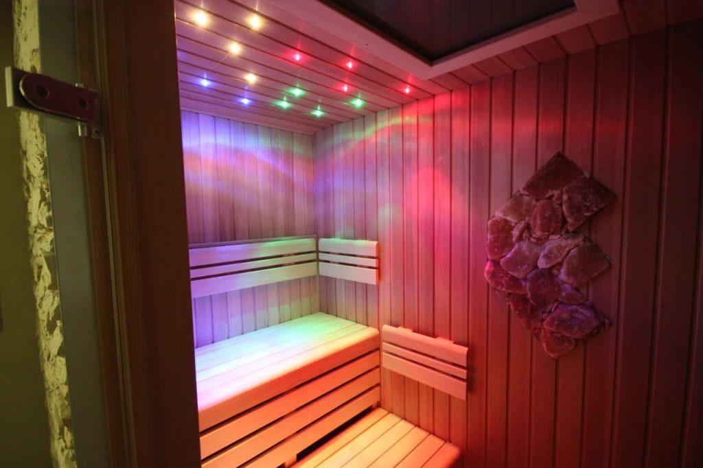 Chytrou saunu můžete kreativně osvětlit
