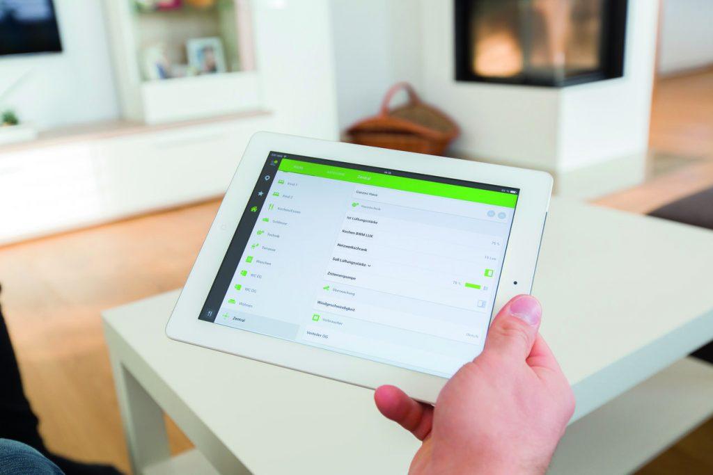Inteligentní ovládání přes tablet v ruce - bílé pozadí