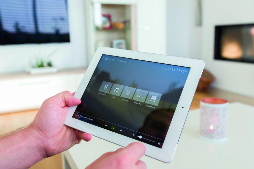 Inteligentní ovládání přes tablet v ruce - černé pozadí