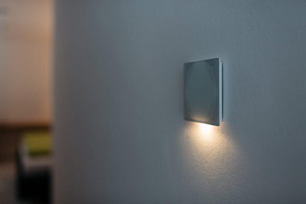 Chytré nástěnné tlačítko může taky úsporně svítit