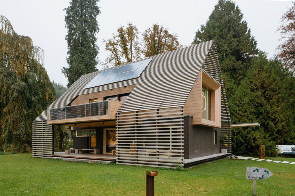 Chytrý pasivní dům s automaticky spravovaným trávníkem