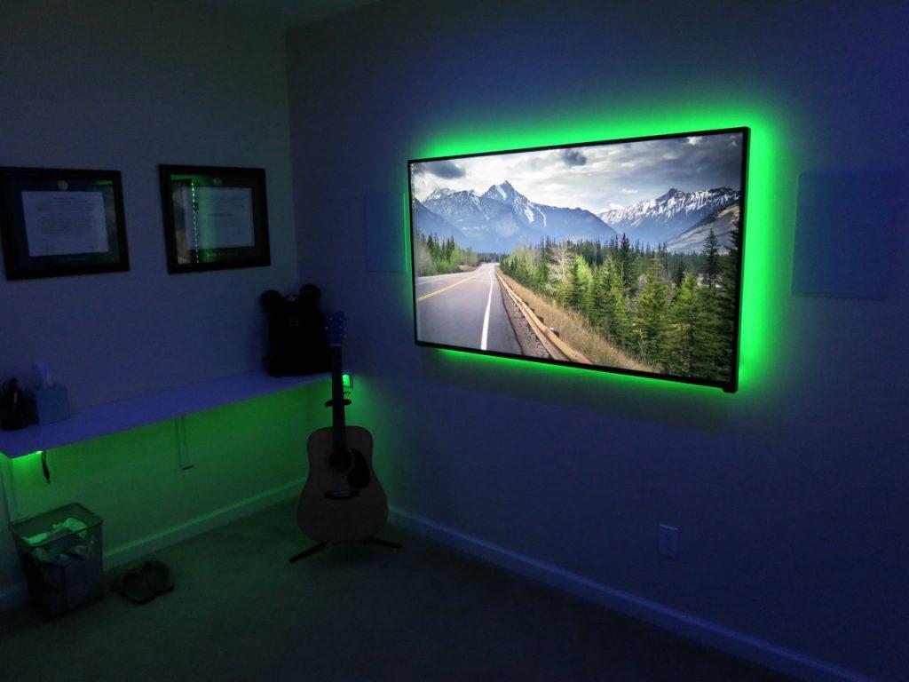 Televizor barevně podsvětlený LED páskem