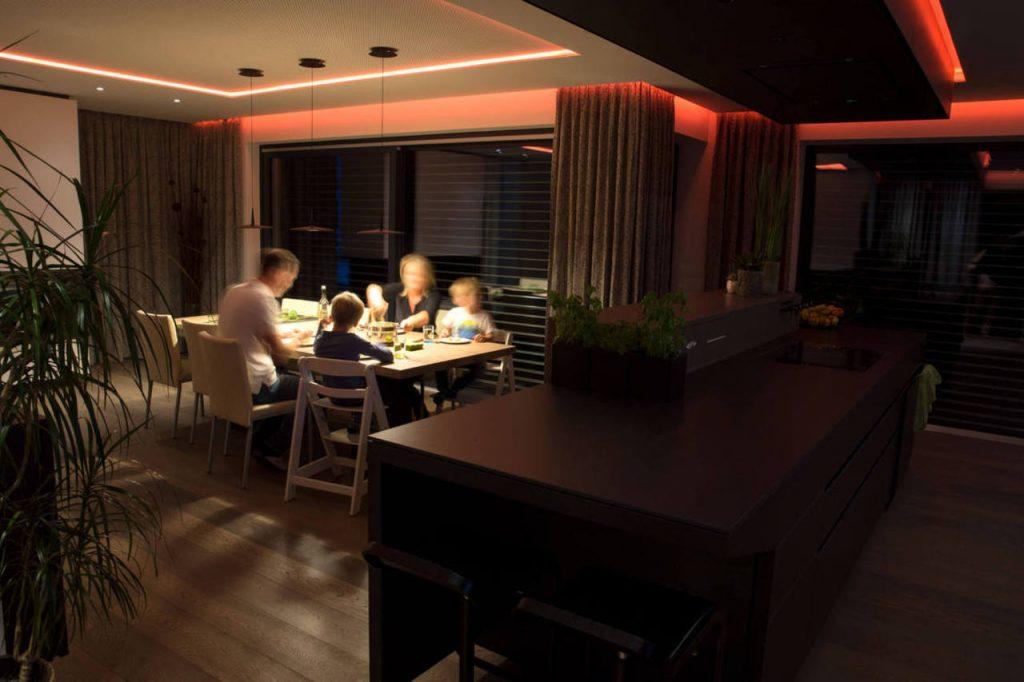 Úsporné osvětlení při večeři