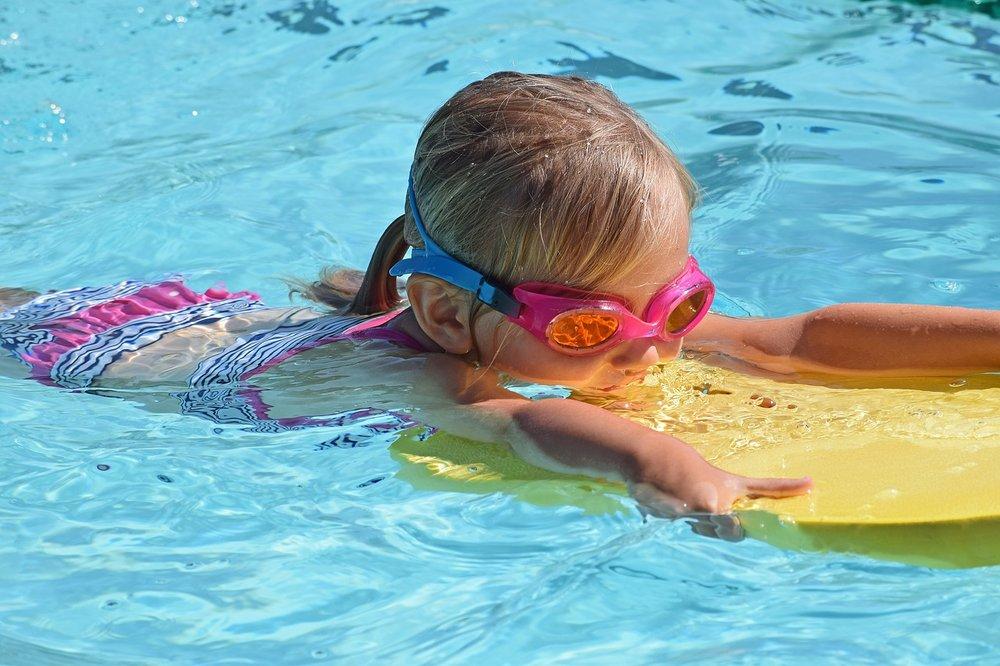 Děti potřebují naši ochranu, i když mají plovací desku