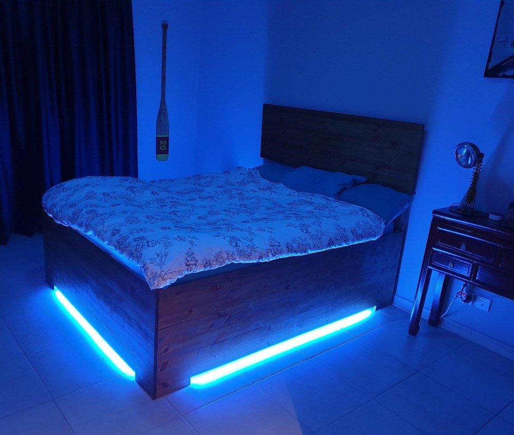 Inteligentní elektroinstalace v ložnici, modré osvětlení