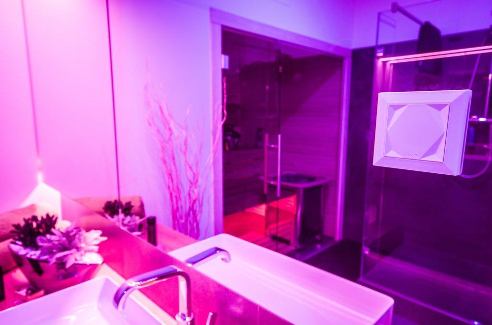 Modrá barva světla v koupelně - serotonin