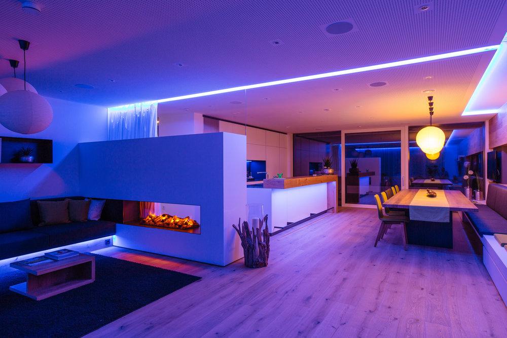 Modrá barva světla ve společenské místnosti