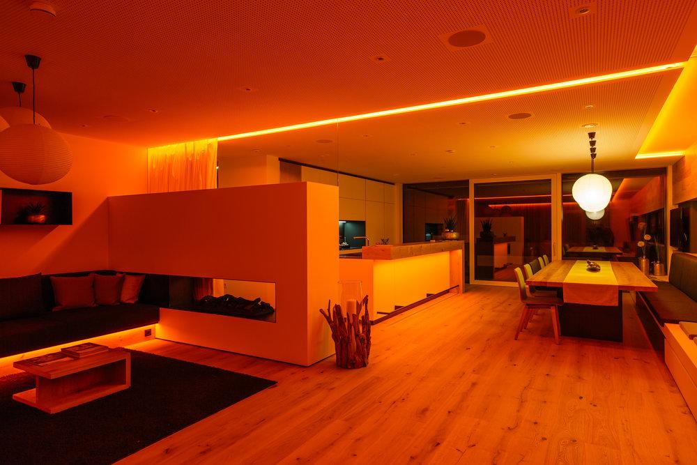 Oranžová barva světla ve společenské místnosti