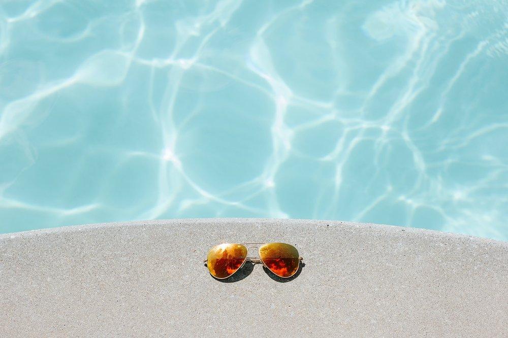 Vedle bazénu zůstaly sluneční brýle