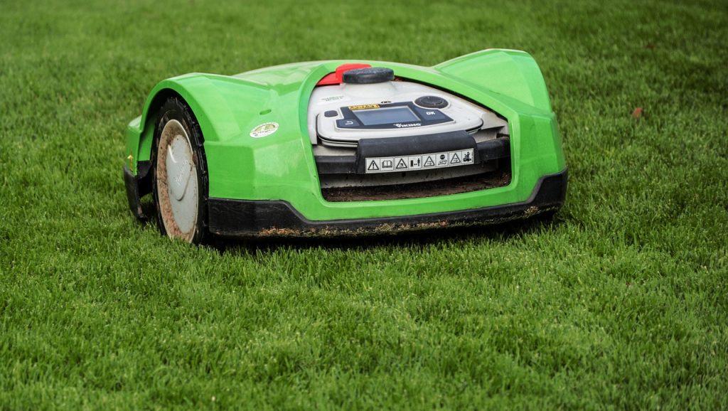 Zelená chytrá robotická sekačka