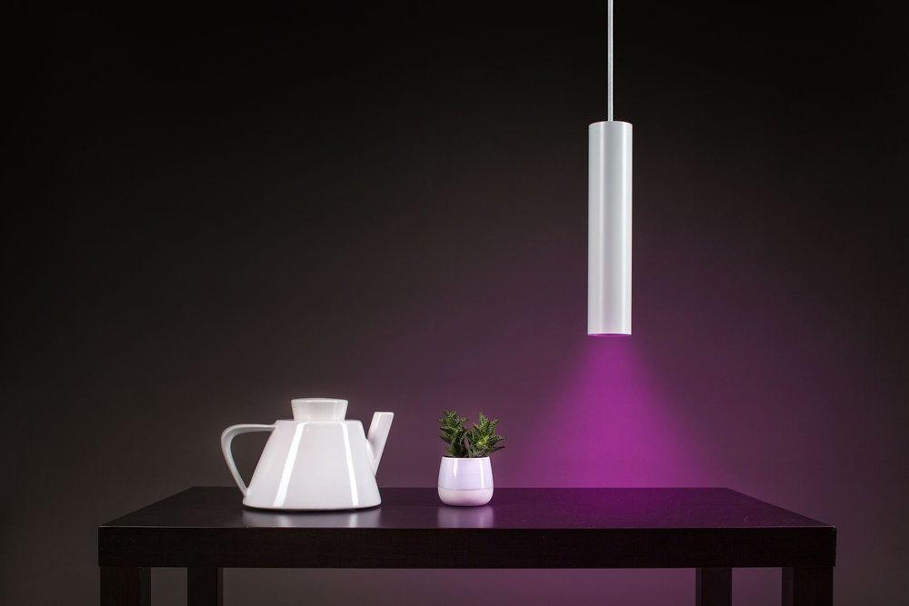 Smart Home a fialově osvětlený stůl