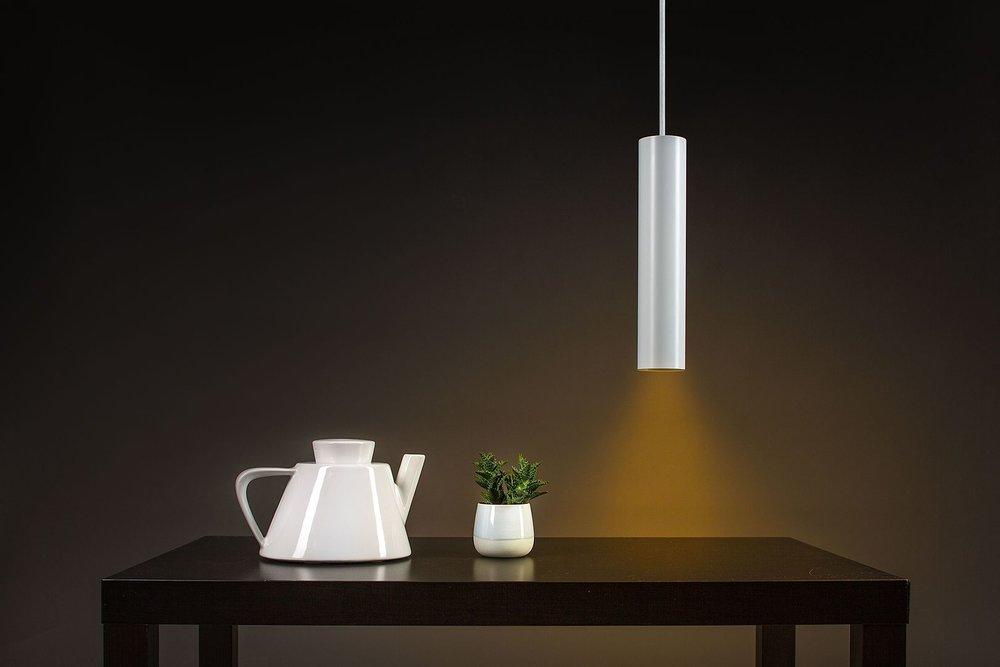 Smart Home a žlutě osvětlený stůl